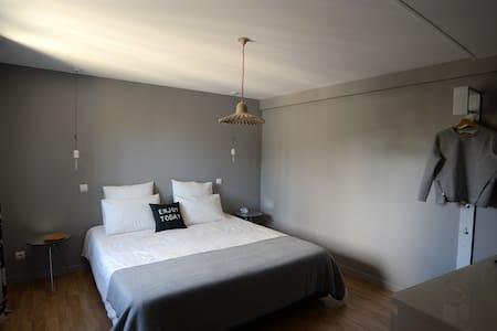 Chambre 1 à l'étage, côté rue - Bed & Breakfast