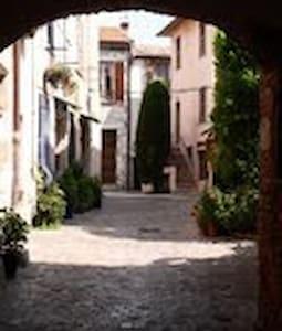 Studio 20m² vieux village de St Laurent du Var - Byt