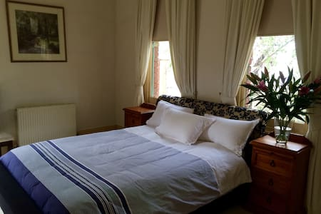 Large fully furnished room available for $80/night in a massive terrace in the heart of Albert Park village. Just a short walk to AP lake and Grand Prix track, Sth Melbourne beach and the city. Best address from which to enjoy Melbourne's delights. Second room also available if required.