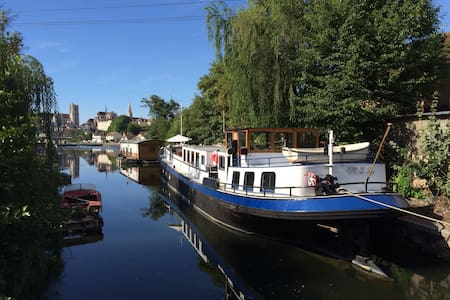 Stay aboard our 1927 Dutch Barge - Auxerre