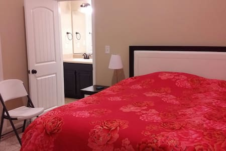 Clean queen bedroom near Augusta - Evans