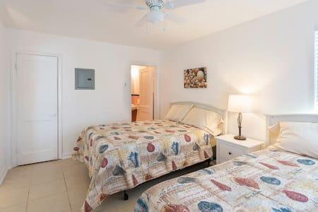 Updated 1-bedroom Apt#1  4-minutes walk to beach - Saint Pete Beach - 公寓