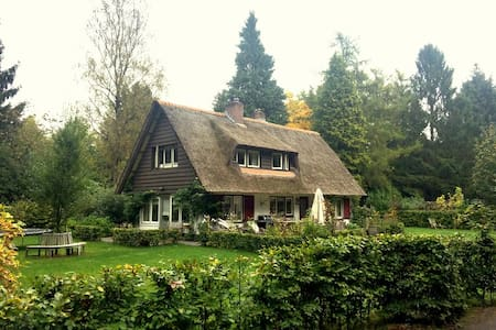 Charmant vrijstaand rietgedekt huis in het bos - Casa de campo
