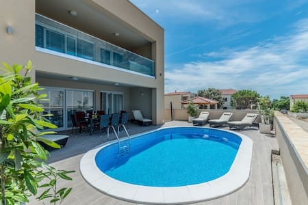 4 bedroom villa with private swimming pool - Vir