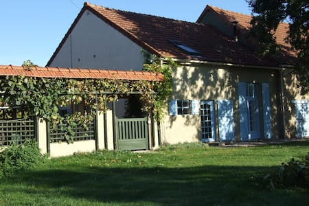 Spacious, rural dual-level gite with heated pool - Hus