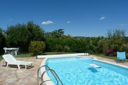 Suite parentale en villa,piscine, jardin,terrasses - House