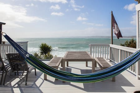 Whale Bay Beachfront Paradise - Raglan