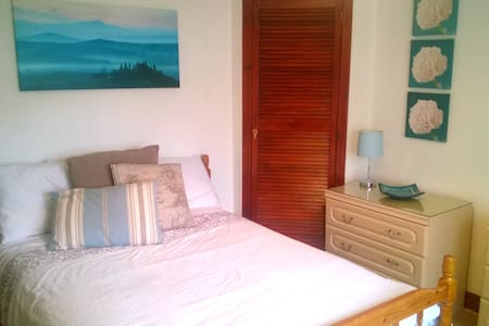 Comfy bed located minutes from AECC and Airport - Aberdeen - Hus
