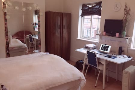 Cosy, cheap double bed (next Surbiton Station) - Surbiton - House