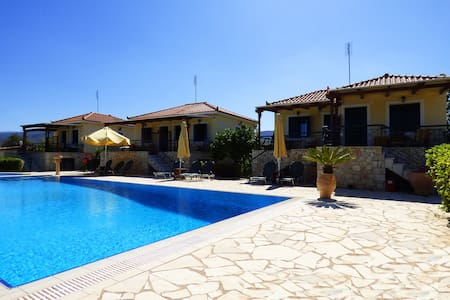 HERA maisonette with pool &garden close to the sea - Flat