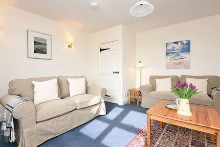 Cosy cottage 5 miles from Bamburgh, sleeps 4 - Northumberland - House