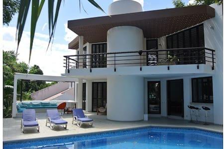 Hermosa Casa con Piscina y Jacuzzi - Ház
