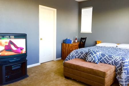 Modest room upper level near Napa Valley! - American Canyon - Casa