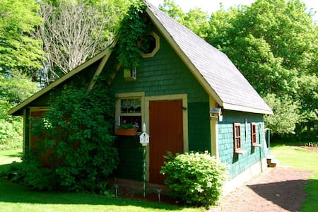 Bugaboo Cottages-The Country Garden cottage - Kabin