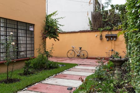 Room at Coyocán with independent access to street - Ciudad de México - Bed & Breakfast