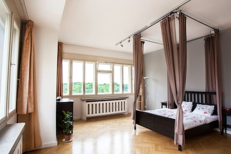 Canopy bed and a view of Prague - Lejlighed