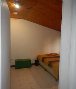 Room in front of Plaza Altamira: the best location - Apartment