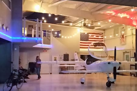 Airport hanger loft - Benton - Loft