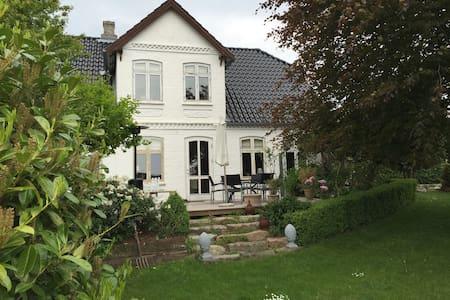 Landsbys villa centralt på Nordals - Nordborg