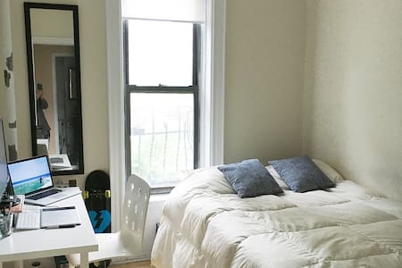 Clean and bright bedroom in Soho - New York - Apartment
