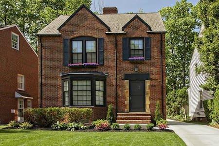 Beautiful spacious brick colonial - University Heights - Ház