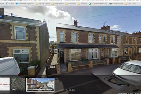 Spacious 2 bedroom house with loft room and garden - Abergavenny