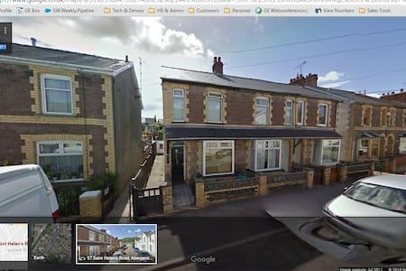 Spacious 2 bedroom house with loft room and garden - Abergavenny - Casa