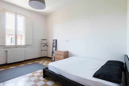 Sunny Spacious Bedroom - Bologna - Apartment