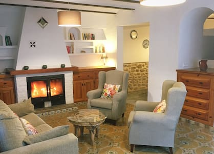 Village holiday cottage with views - Andere