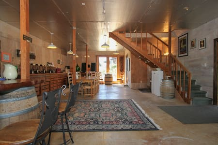 Stay upstairs in our small winery - Casa
