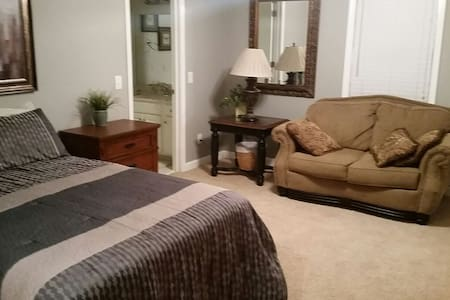 Master bedroom\private entrance - Louisville - House