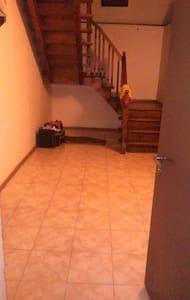 Se alquila casa entera. De tres pla - Tbilisi - Hus