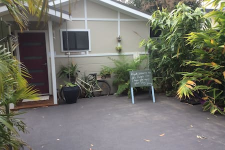 Purple Door Romantic Garden Cabin - Bateau Bay