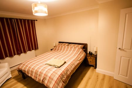 Modern spacious house, kingsize bed, own bathroom - Melbourn - House