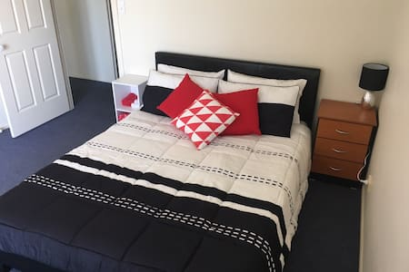 Clean, comfortable, friendly home - Springfield Lakes