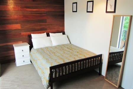 Comfy double bed in modern room. - Clayfield - Daire