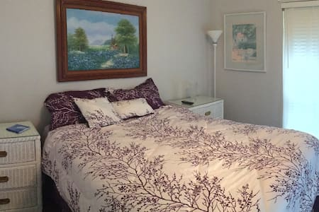 Private room with Queen Size bed and TV - Dallas - Casa