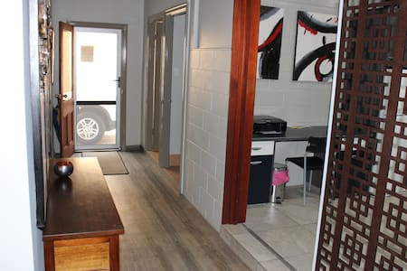 *Inner city sanctuary, dog friendly WITH car park! - Herston - Andere