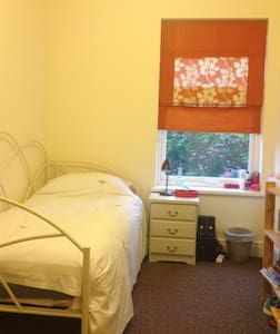 Bright and spacious single room - Bed & Breakfast