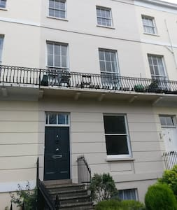 Modern Regency studio flat near to the town centre - Cheltenham