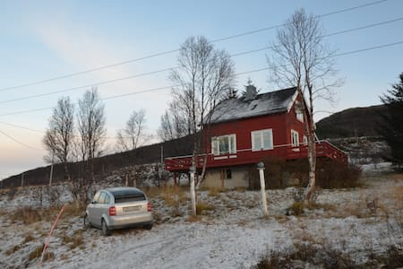Charming house by the fjord and the mountains - Dåfjord - Rumah