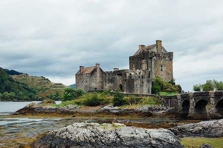 Algonquin nr Eilean Donan Castle, Dornie by Kyle - Dornie - Bed & Breakfast