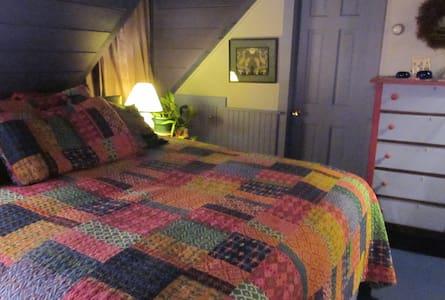 Near Popham Beach: Breezy Blue Room - Bed & Breakfast