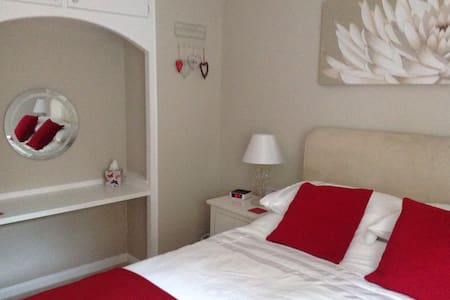 Comfortable bedroom.. - Axminster