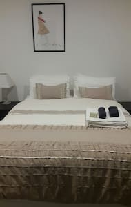 Luxurious Ensuit 15mins to Airport + NBN-Wifi - Cairnlea