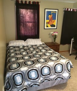 One bedroom w/ private bathroom and parking - Pittsburgh - Casa