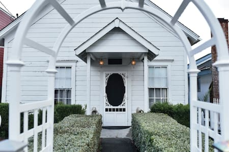 Victorian White House in Historic Ferndale - Dom
