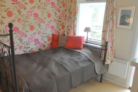 """""""Rose Room"""" situated in quiet, green area - Reihenhaus"""