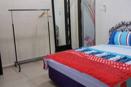 1-Queen Air Conditioning  bed + Airport drop off - Sepang