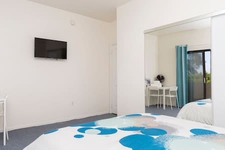 Clean, Bright Room in Central West LA Location! - Los Angeles - House